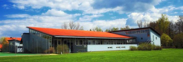 Turnhalle und Schule